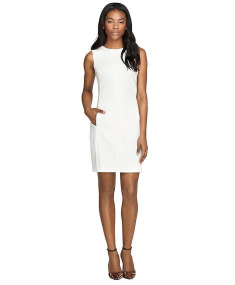Kadın beyaz kolsuz elbise
